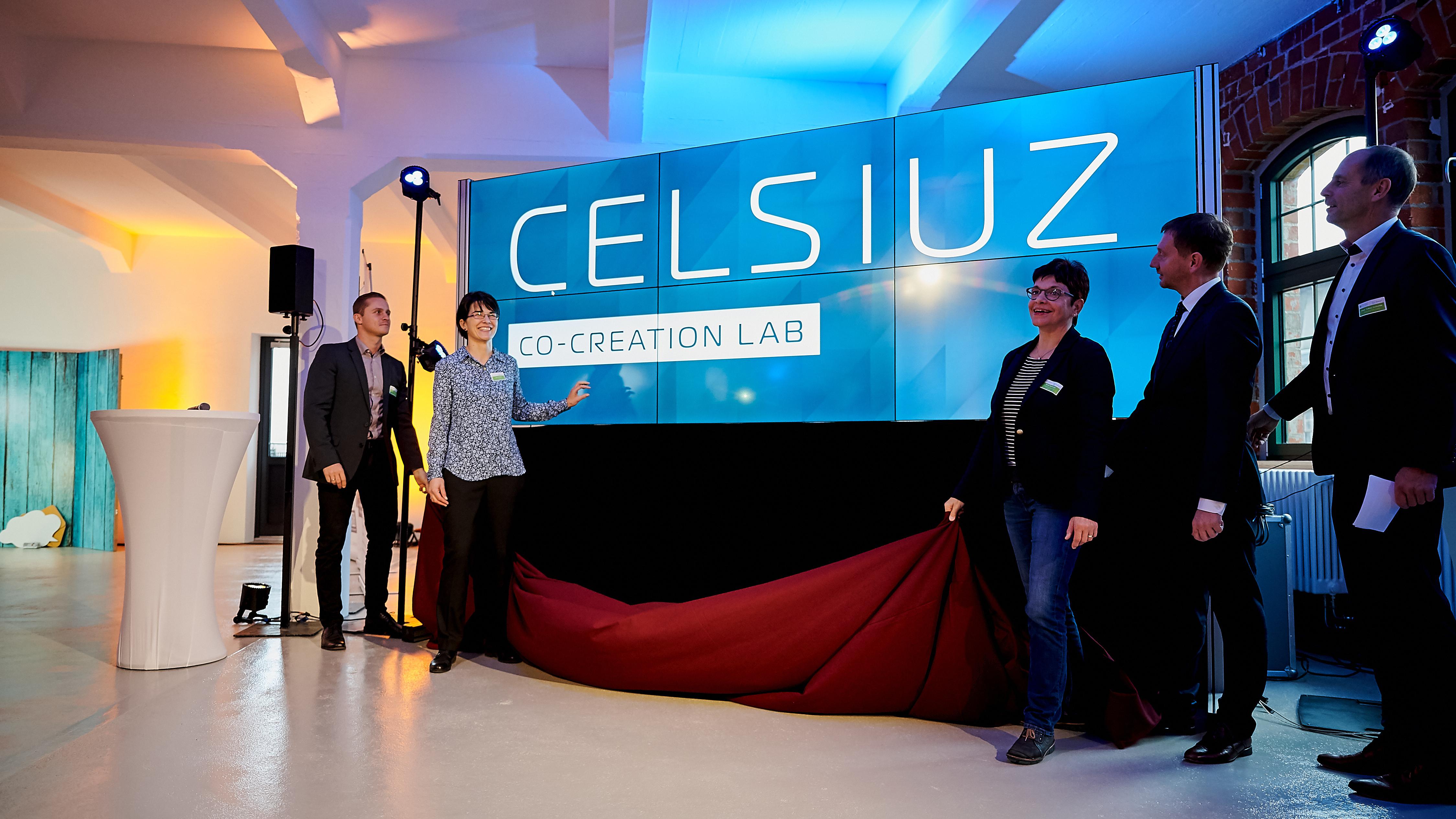 Das Bild zeigt die Eröffnung der Monitorwand im CELSIUZ-Labor.