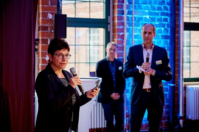 Die Kanzlerin der HSZG, Frau Hollstein, übernimmt den Schlüssel