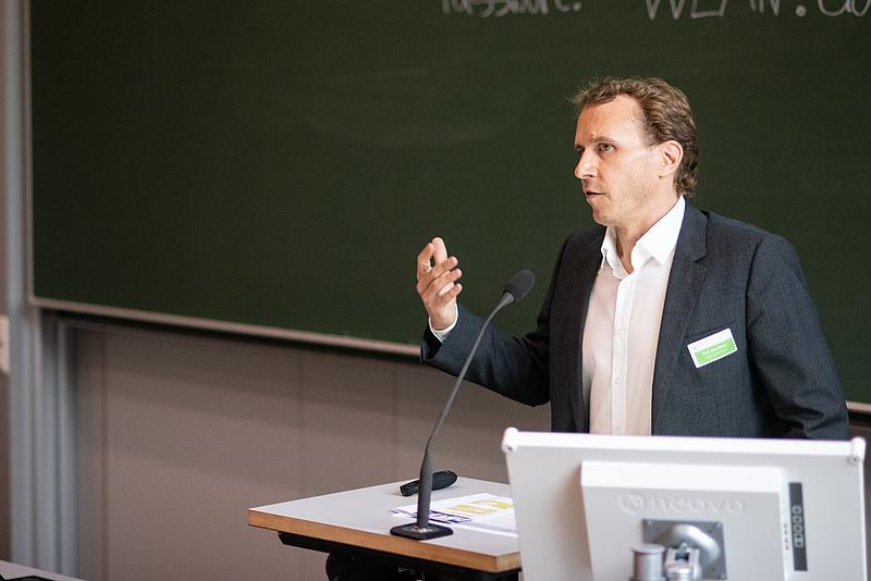 Prof. Jörg Lässig begrüßt die Gäste und führt ins Thema ein